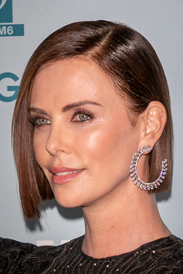 Charlize Theron risca lateral